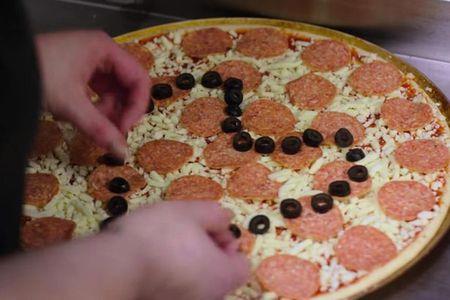 Co gai dung pizza de cau hon ban trai - Anh 2