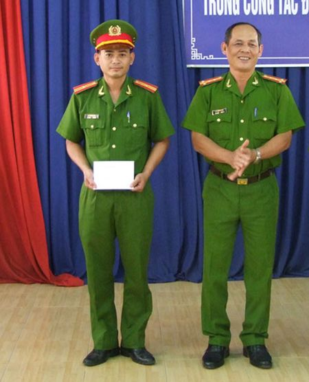 Khen thuong Cong an TP Tay Ninh pha chuyen an trom xe may - Anh 1