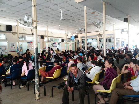 TP.HCM: Nguoi dan 'mu tit' viec tang gia vien phi - Anh 4