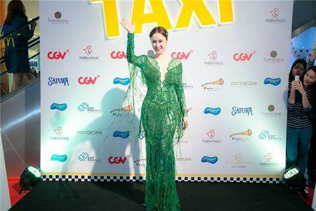 "Angela Phuong Trinh ""lan at"" Nha Phuong - Truong Giang tren tham do - Anh 1"