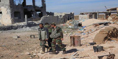 Quan doi Syria thong duong tiep van, diet nhieu tay sung IS o Deir Ezzor - Anh 1