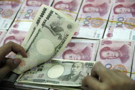 Dong yen lui buoc so voi ca dong USD va dong euro - Anh 1