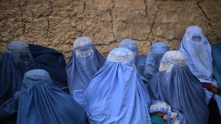 Kham trinh tiet phu nu, tre em o Afghanistan gay phan no - Anh 1