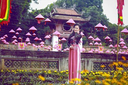 A hau Quynh Mai diu dang trong ta ao dai dao pho Ha Noi - Anh 10