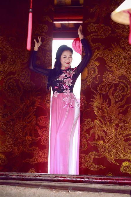 A hau Quynh Mai diu dang trong ta ao dai dao pho Ha Noi - Anh 11