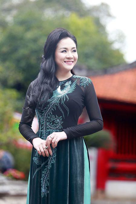 A hau Quynh Mai diu dang trong ta ao dai dao pho Ha Noi - Anh 12