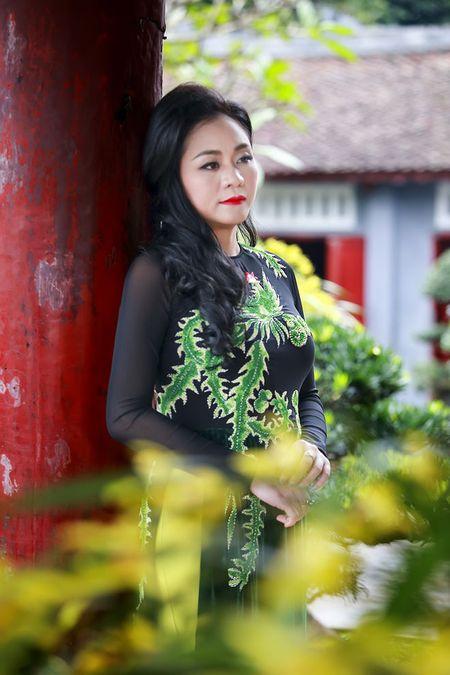 A hau Quynh Mai diu dang trong ta ao dai dao pho Ha Noi - Anh 13