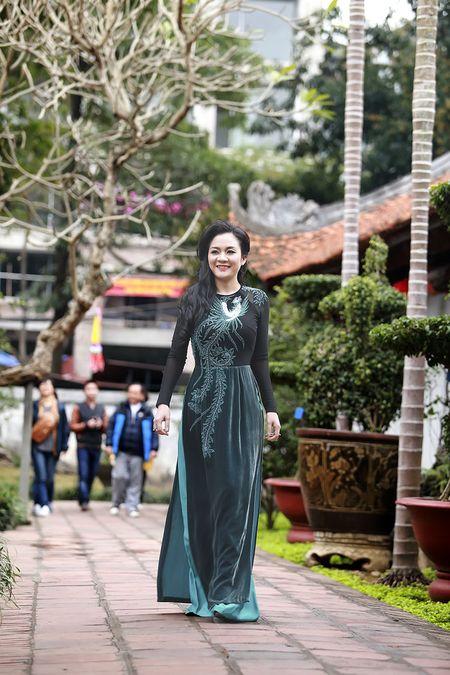 A hau Quynh Mai diu dang trong ta ao dai dao pho Ha Noi - Anh 14