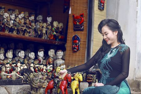 A hau Quynh Mai diu dang trong ta ao dai dao pho Ha Noi - Anh 1