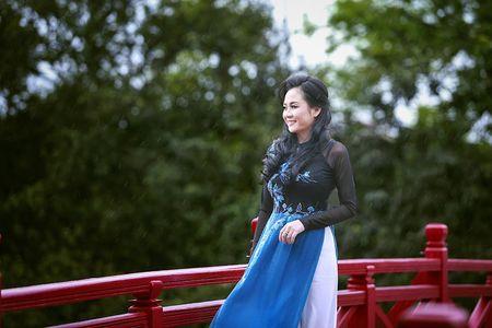 A hau Quynh Mai diu dang trong ta ao dai dao pho Ha Noi - Anh 3