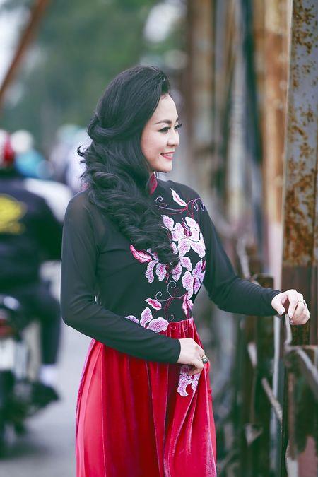 A hau Quynh Mai diu dang trong ta ao dai dao pho Ha Noi - Anh 6