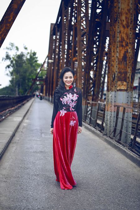 A hau Quynh Mai diu dang trong ta ao dai dao pho Ha Noi - Anh 8