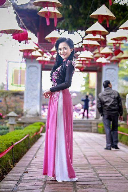 A hau Quynh Mai diu dang trong ta ao dai dao pho Ha Noi - Anh 9