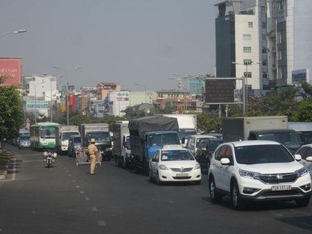 TPHCM: Ket xe ca buoi sang tren duong Dien Bien Phu vi sua cau - Anh 2