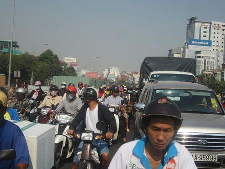 TPHCM: Ket xe ca buoi sang tren duong Dien Bien Phu vi sua cau - Anh 3