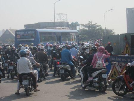 TPHCM: Ket xe ca buoi sang tren duong Dien Bien Phu vi sua cau - Anh 6