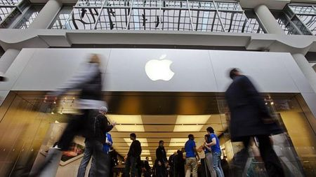 Apple nhan su ung ho bat ngo trong 'cuoc chien' voi FBI - Anh 1