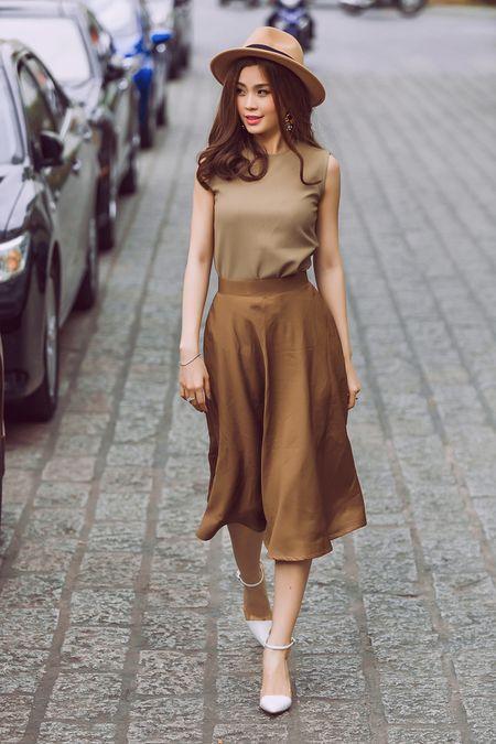 Street style giao mua thanh lich cua A hau Diem Trang - Anh 2
