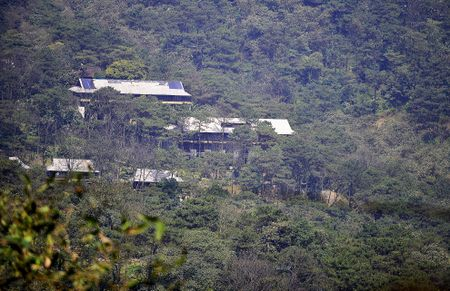 Toan canh resort hoanh trang khong phep o Ba Vi - Anh 1