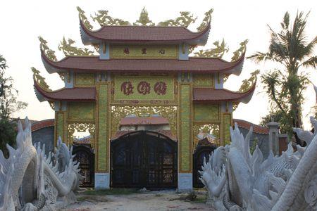 Can canh nha tho to danh hai Hoai Linh bi dung thi cong - Anh 1