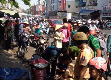 Nguoi dan ong nga tren via he tu vong bat thuong - Anh 1