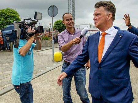 Louis van Gaal va the he Rashford: 'Kho thanh cong vi co... iPhone' - Anh 2