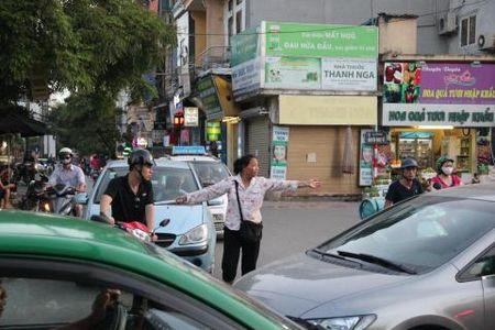 Lao ba 62 lang tham phan luong giao thong giua Ha Noi - Anh 2