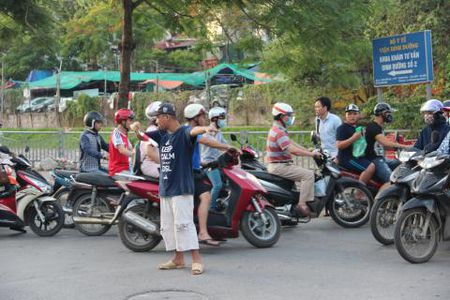 Lao ba 62 lang tham phan luong giao thong giua Ha Noi - Anh 3