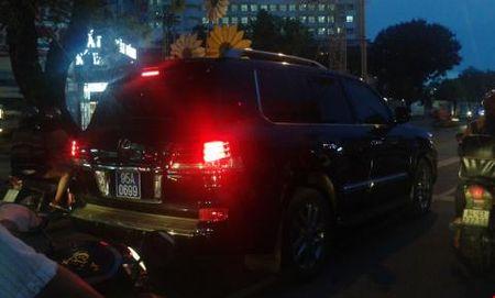 Pho chu tich di Lexus gan bien xanh: Thong tin moi - Anh 1