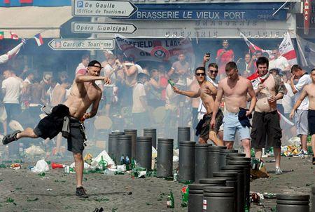 CDV Anh va Nga bien thanh pho Marseille thanh... chien truong dam mau - Anh 12