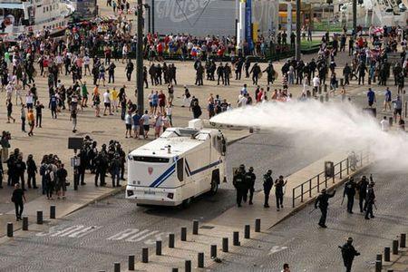 CDV Anh va Nga bien thanh pho Marseille thanh... chien truong dam mau - Anh 6