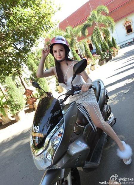 "Hot girl nguc khung ""hung gach"" vi mac te tua ngoi moto - Anh 3"