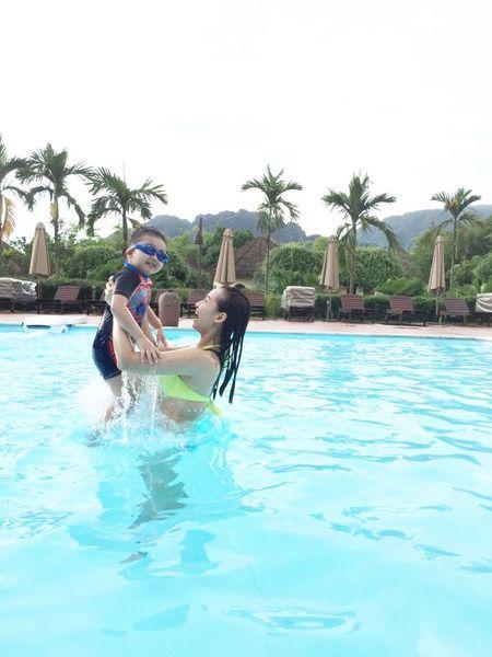 La Thanh Huyen goi cam voi bikini ben chong con - Anh 7