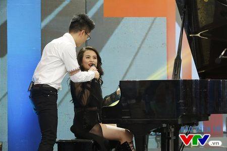 Hoang Thuy Linh nong bong trong Bua trua vui ve - Anh 6