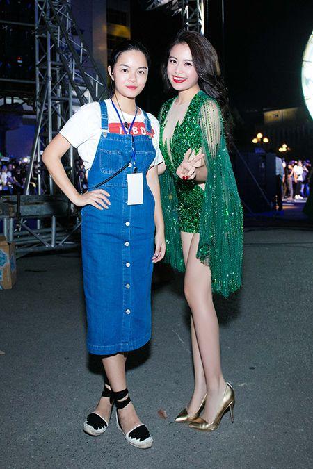 Hoang Thuy Linh thay 4 bo quan ao trong 1 ngay - Anh 11