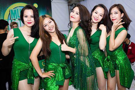 Hoang Thuy Linh thay 4 bo quan ao trong 1 ngay - Anh 9