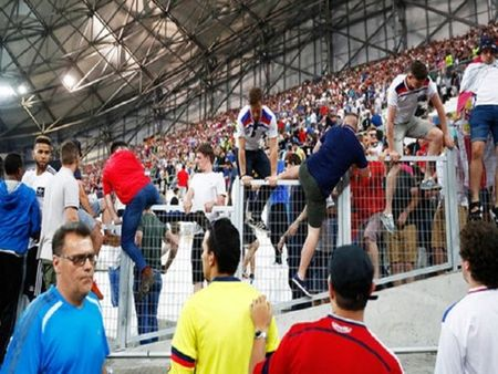 EURO 2016: Chum anh Hooligan Nga tan cong co dong vien Anh sau tran hoa 1-1 - Anh 5