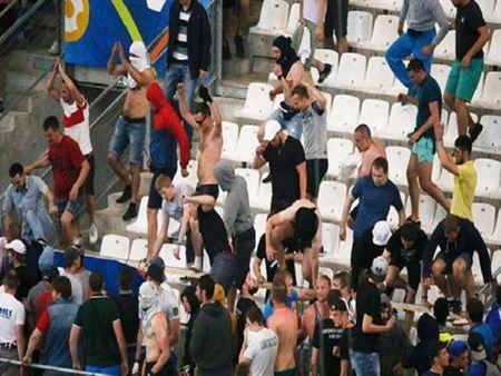 EURO 2016: Chum anh Hooligan Nga tan cong co dong vien Anh sau tran hoa 1-1 - Anh 6