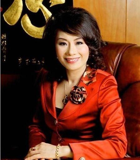 Tin nong showbiz: Hoa hau... lua dao, ca si bi fan cuong ban chet - Anh 2