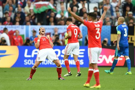 Bale toa sang giup xu Wales gianh chien thang lich su - Anh 11