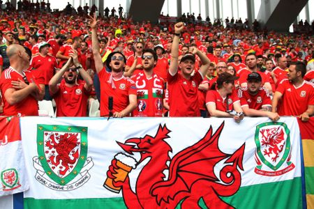 Bale toa sang giup xu Wales gianh chien thang lich su - Anh 13