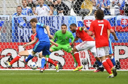 Bale toa sang giup xu Wales gianh chien thang lich su - Anh 7
