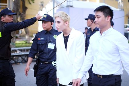 Son Tung M-TP chieu fan the hien vu dao khong giong ai - Anh 1
