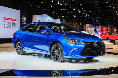 Toyota ra mat Camry 2017: Cai tien manh me, gia hap dan - Anh 2