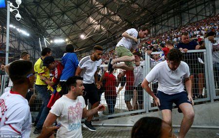Ultras Nga 'soi mau' tan cong CDV Anh tren khan dai - Anh 1