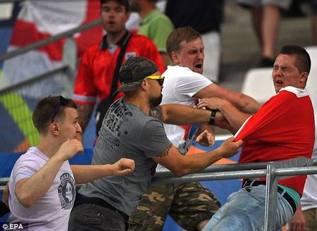 Ultras Nga 'soi mau' tan cong CDV Anh tren khan dai - Anh 7
