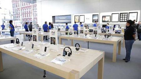Mac dong phuc cua hang Apple, cuom gan tram chiec iPhone - Anh 1