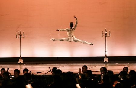 'Man nhan' voi nhung tao hinh trong dem Paris Ballet - Anh 2