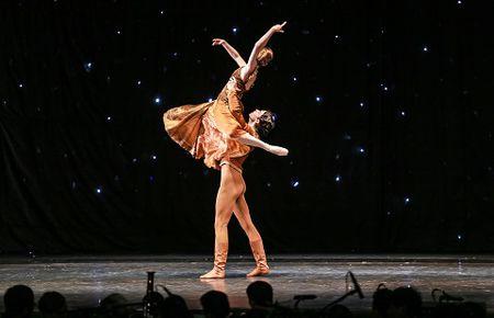 'Man nhan' voi nhung tao hinh trong dem Paris Ballet - Anh 3