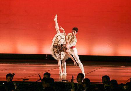 'Man nhan' voi nhung tao hinh trong dem Paris Ballet - Anh 7